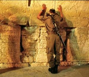 2003-soldier_praying