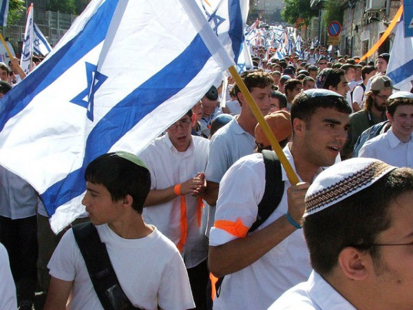 640-yom-yerushalayim-flags-people-in-the-street-600x450